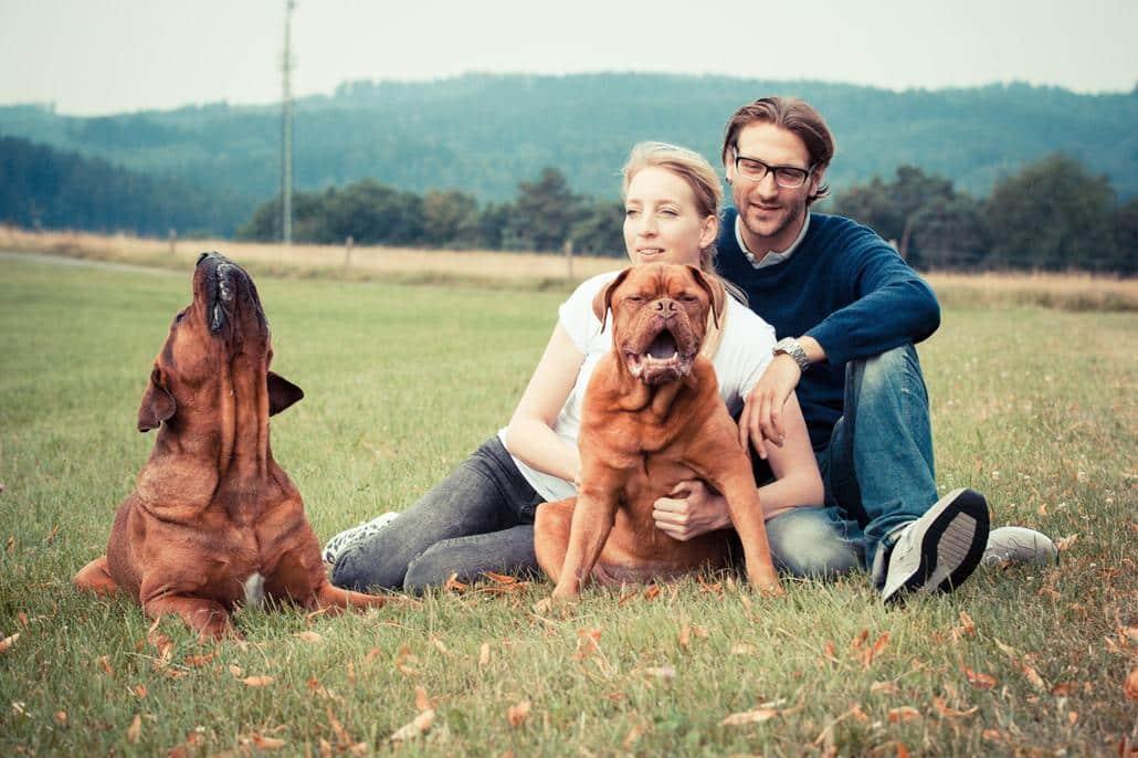 """Hier ist das Team von """"große Hunderassen"""" zu sehen. Cecile und Daniel sowie die beiden Hunde Oscar und Bruno"""